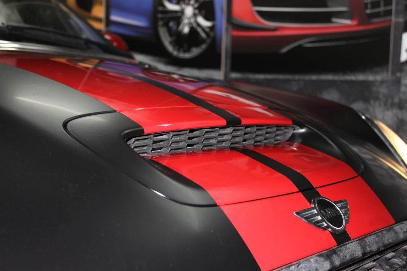 Mini Cooper Coupe in een Satin Black Wrap met Rode Striping, Carwrapping door Wrapmyride.nu Foto-nr:6407, ©2021