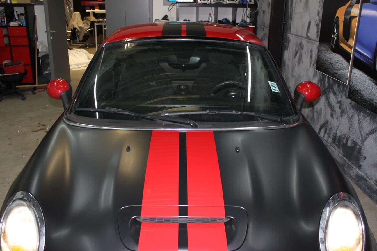 Mini Cooper Coupe in een Satin Black Wrap met Rode Striping, Carwrapping door Wrapmyride.nu Foto-nr:6408, ©2021