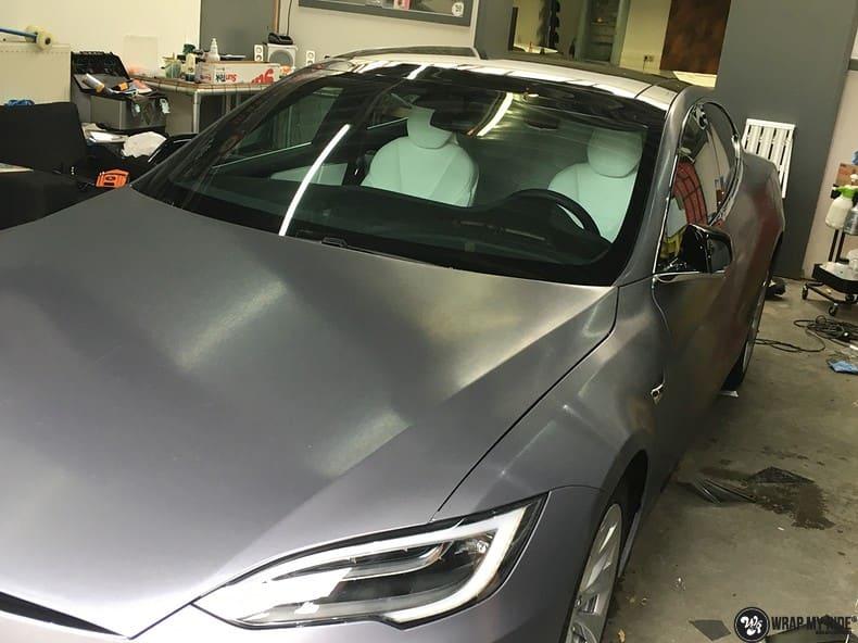 Tesla Model S brushed steel, Carwrapping door Wrapmyride.nu Foto-nr:9926, ©2021